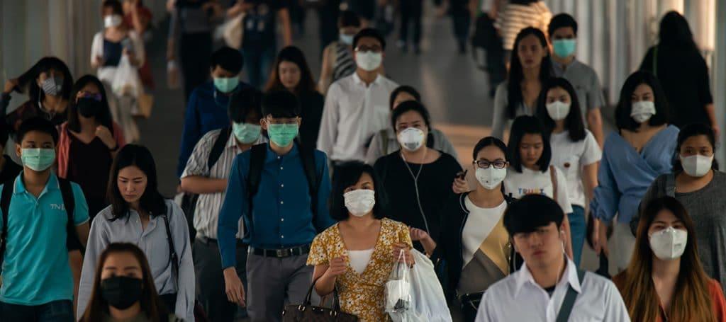 Groupe d'asiatiques avec des masques de protection
